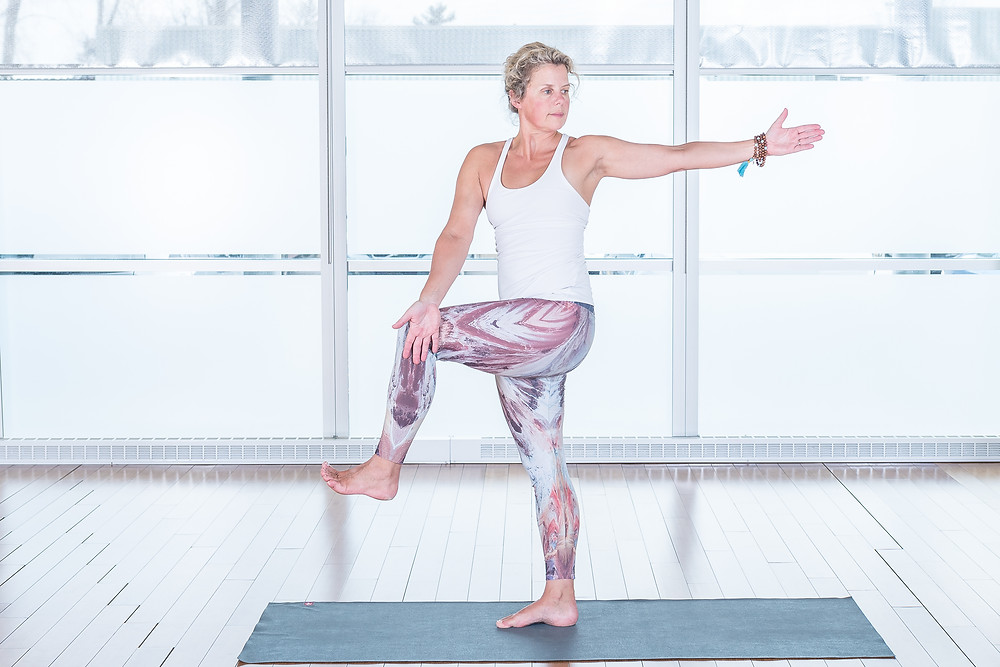 Cette posture vous invite à la concentration, à l'équilibre en plus de renforcer vos chevilles et vos abdominaux.