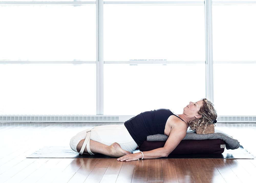 Cette posture est aussi excellente pour allonger le psoas. N'hésitez pas à monter les accessoires si le bas du dos est indonfortable.