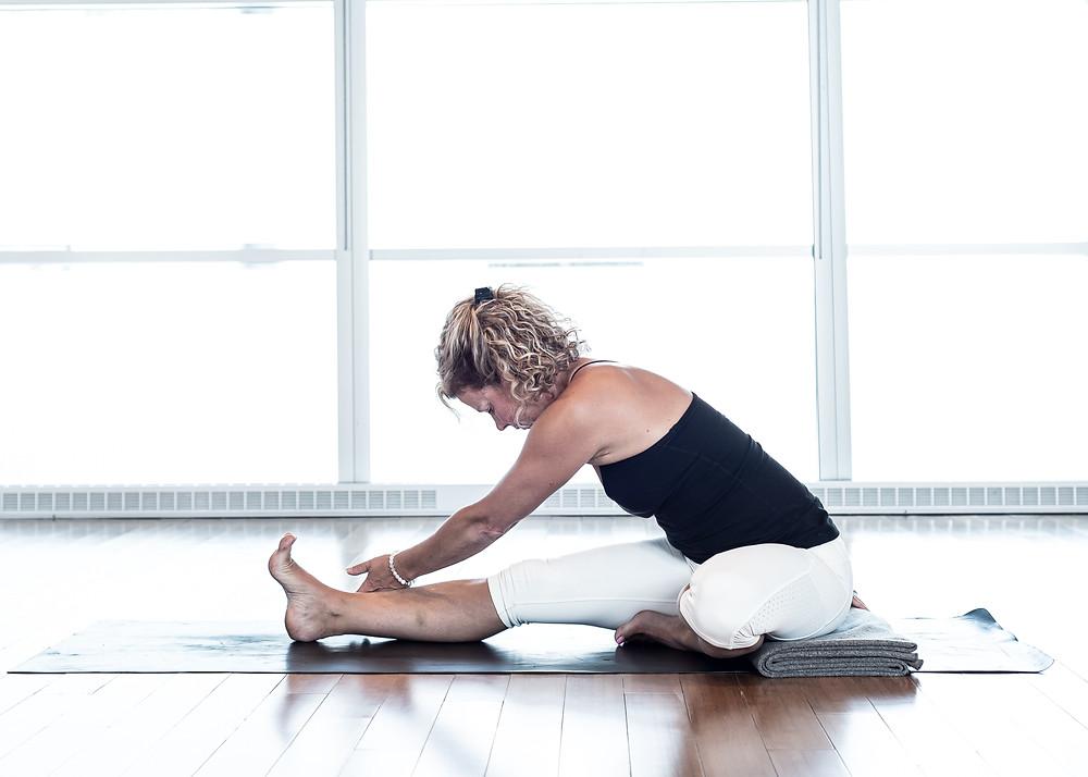 Cette posture est idéale pour étirer le carré des lombes. Diriger l'épaule vers la jambe opposé pour un étirement optimal