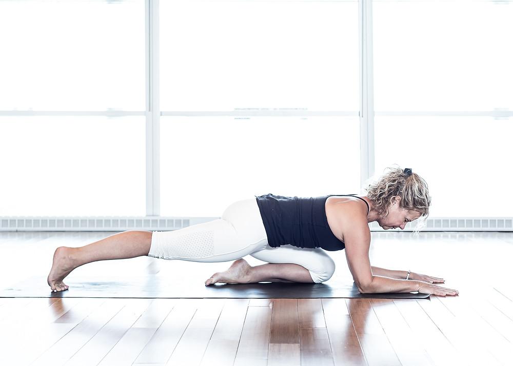 Installez la fondation en alignant le tibia sous le ventre. Bien tendre la jambe arrière.