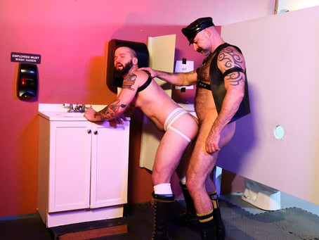 Pride Studios - ExtraBigDicks - Breed Me In The Mens Room - Rencher Spence & Musclebear Montreal