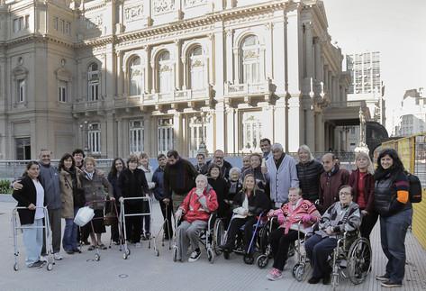 Adultos mayores del geriátrico municipal de Vicente López visitaron el teatro Colón