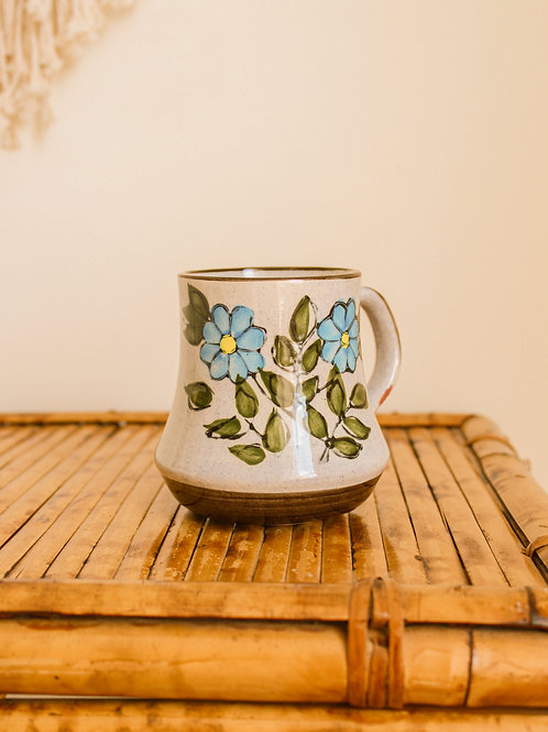 Tasse à café mouchetée avec fleurs
