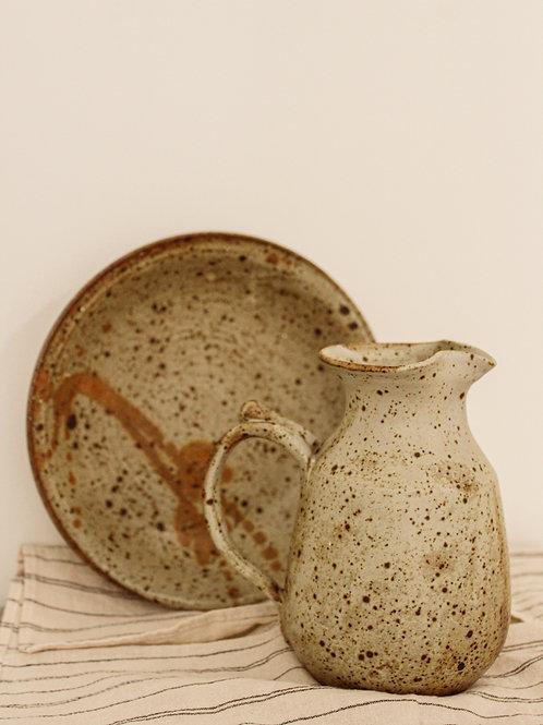 Pichet en poterie et son assiette