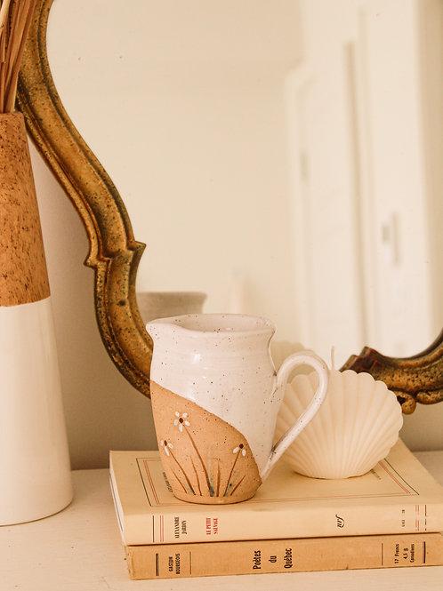 Pichet en poterie moucheté