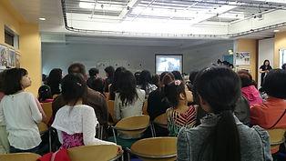 学生和家长们观听青奥会的介绍.JPG