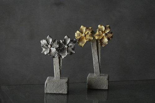 Brinco flor mini pérola