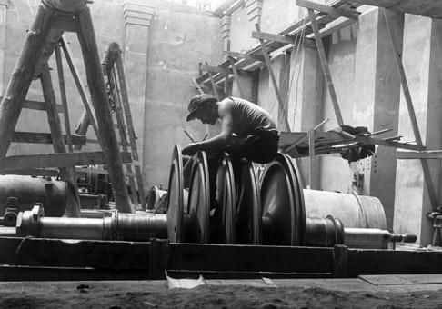 Монтаж турбины на тепловой станции.1936.jpg