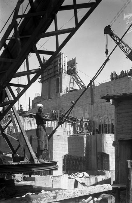 Такелажные работы у деррика  3 на строительстве Гидроэлектростанции.1937.jpg