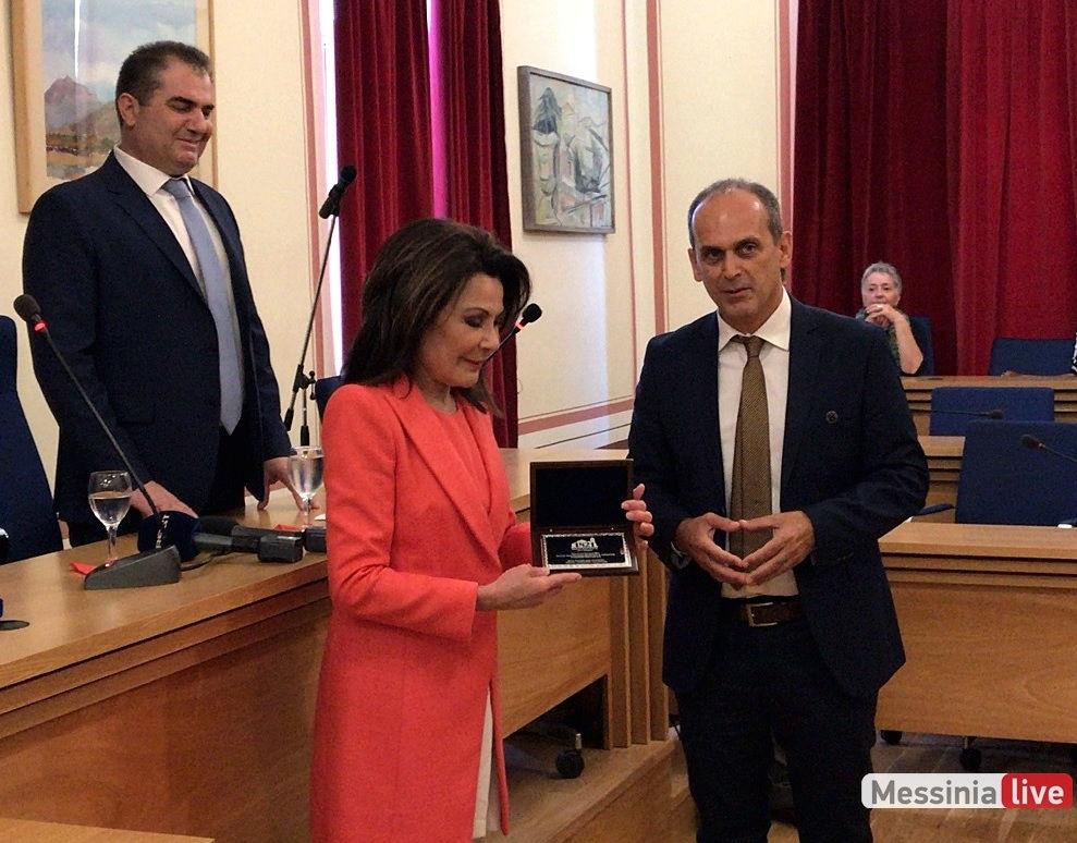 Ενημέρωση και επίδοση πλακέτας του Προγράμματος στην Πρόεδρο του «Ελλάδα 2021» κ. Ιωάννα Αγγελοπούλου-Δασκαλάκη