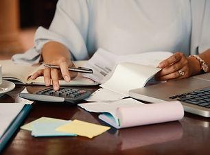 entrepreneur-working-with-bills_1098-200