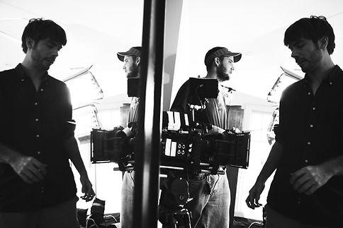 撮影準備をする男性