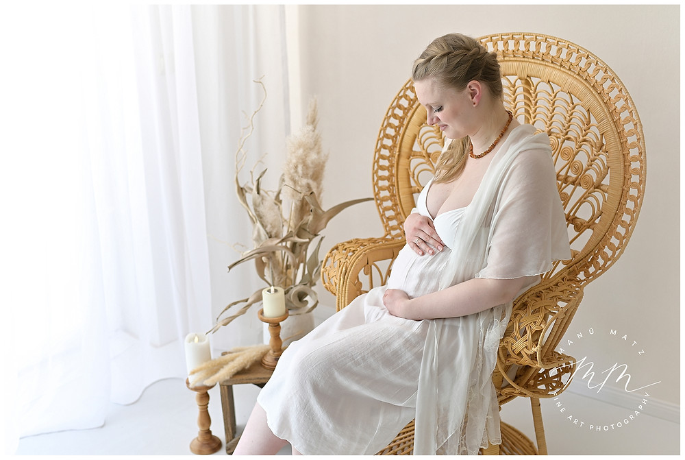 Babybauchshooting im Atelier, wundervolle Schwangerschaftsfotos. hell freundlich emotional, Vorfreude, Fotograf Bützow Güstrow Wismar Schwerin Rostock