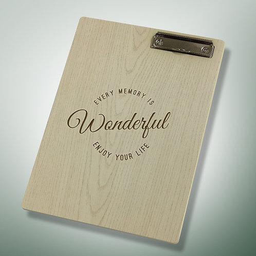 Carta de restaurante de madera barnizada grabada al láser