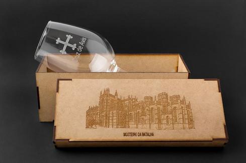 Copo de vinho e caixa em madeira