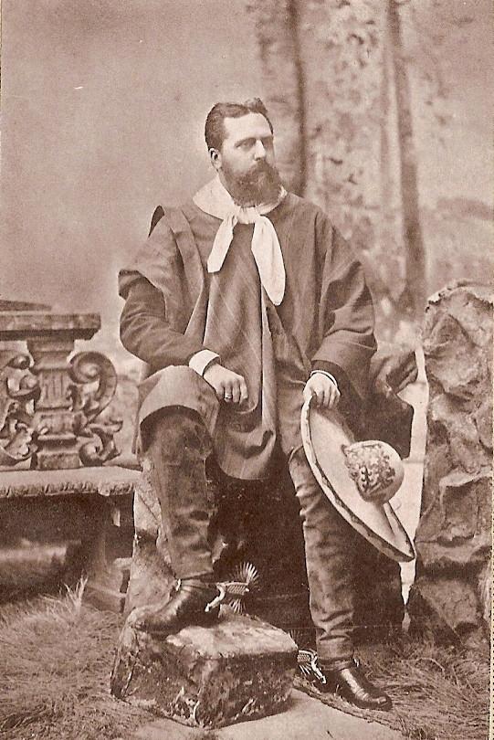 Don Carlos con vestidos gauchos