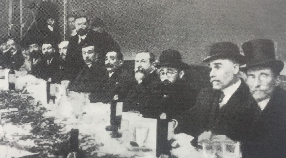 Valle Inclán con los diputados carlistas en enero de 1911.