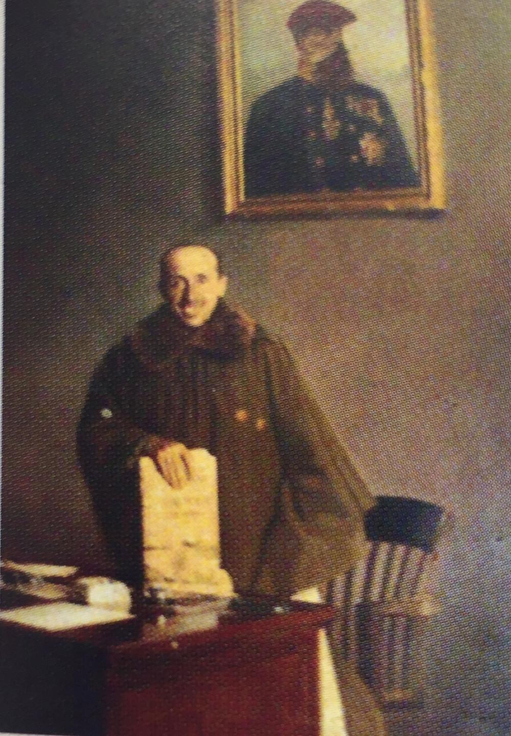 Luis Redondo ante retrato de Carlos VII