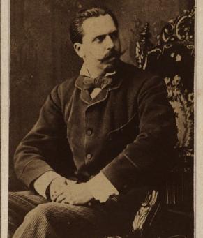 Dos fotografías de Don Carlos de Borbón en fondos mexicanos