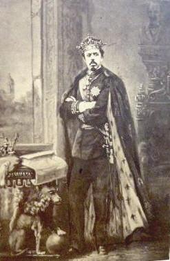 Don Carlos de nborbón con el manto de armiño de monarca