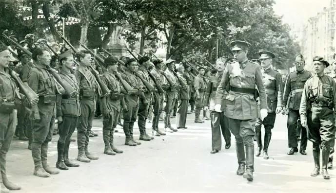 El general Mola pasando revista a las tropas carlistas que parten al frente, Burgos 3 de septiembre de 1936
