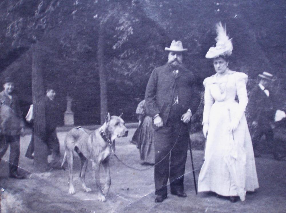 Don Carlos y Doña Berta paseando con su perro León