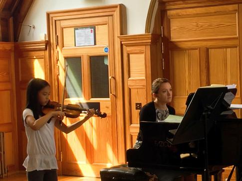 学生在皇家音乐学院表演