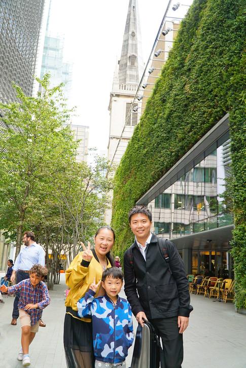 陈佳峰与夏令营学生以及家长