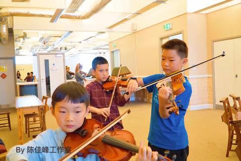 学生练琴中