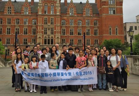 学生在英国皇家音乐学院门口合影