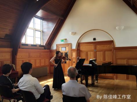 学生在皇家音乐学院音乐厅比赛中