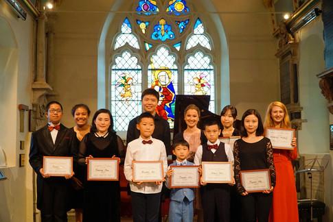 学生在伦敦圣玛丽教堂持证书合影
