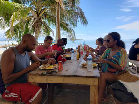 San Blas day tour guests at lunch