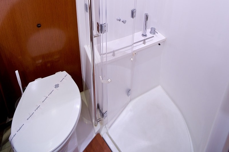 Queen Axiera shower and toilet