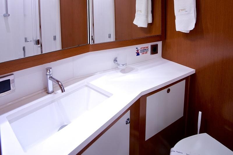 Queen Axiera spacious bathroom sink
