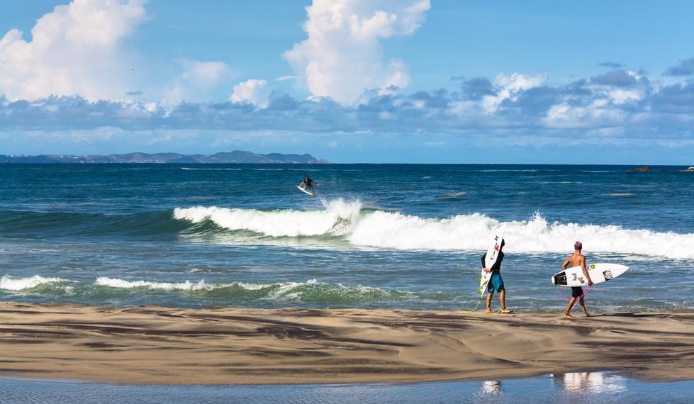 Salina Cruz Surf Camp surfer guests walking along the beach