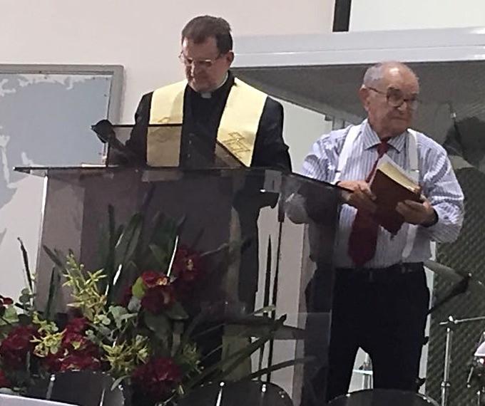 Padre Leonildo Minutti Júnior e pastor Abílio Chagas, no salão da CMC, em Bauru