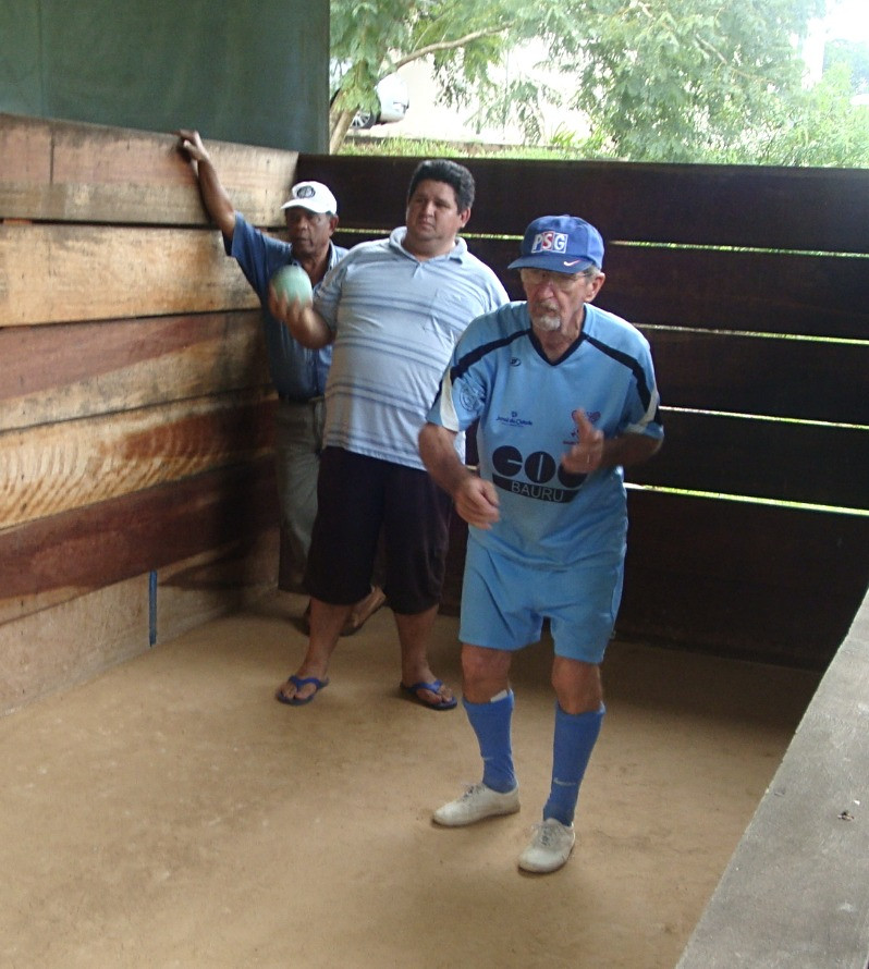 Valdemar Bravin (uniforme azul) organizava os torneios de bocha