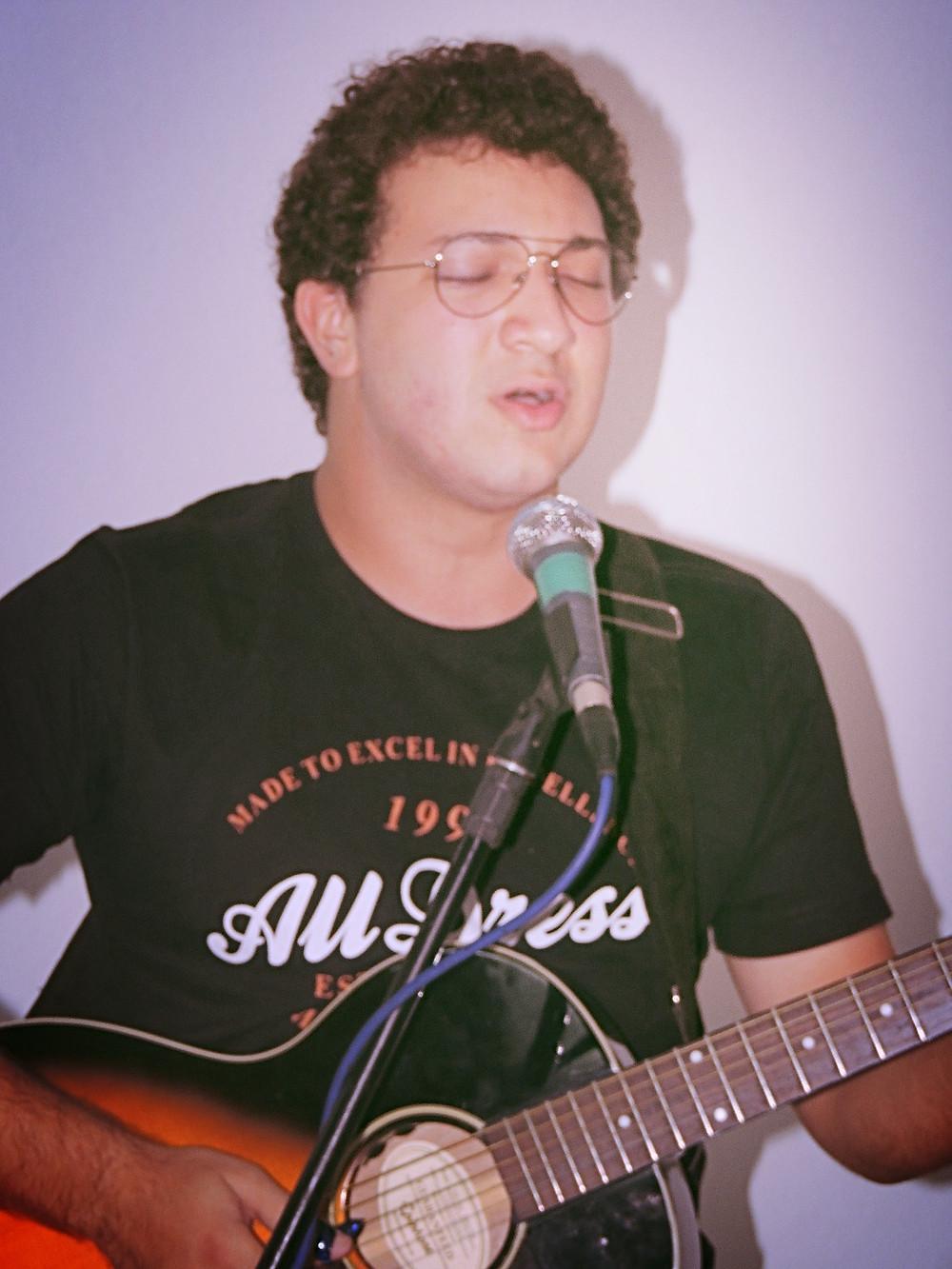 Lê Carrara, um dos músicos do ministério Forasteiros
