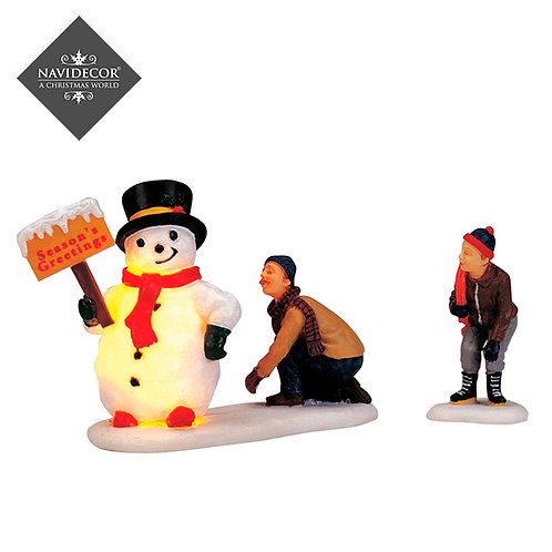 Padre e hijo con muñeco de nieve