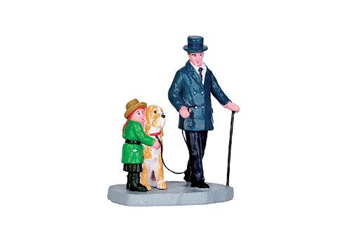 Señor con bastón e hija con perro