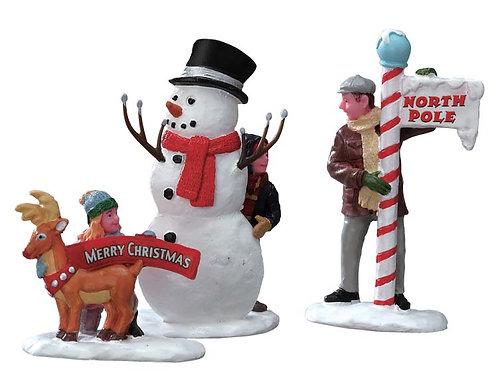 Padre e hijos con muñeco de nieve
