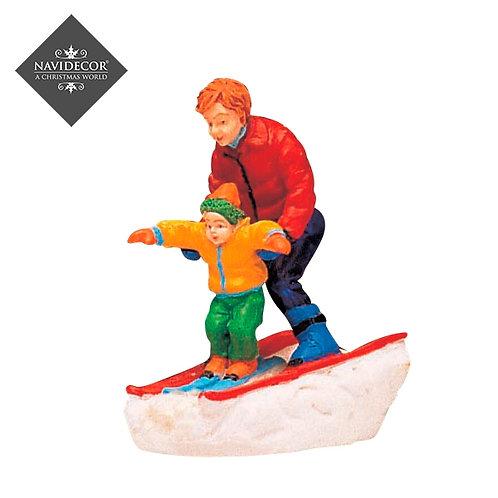 Hijo y padre esquiando