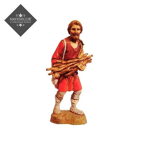 Campesino portando madera