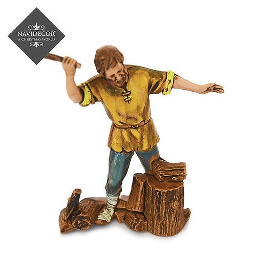 Campesino cortando leña
