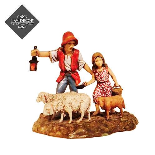 Pastor y niña con oveja
