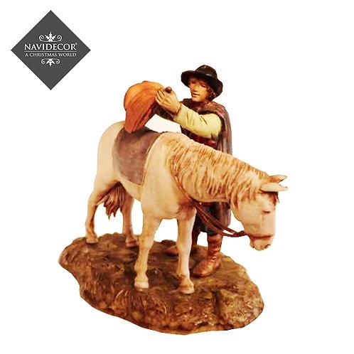 Peregrino ensillando caballo