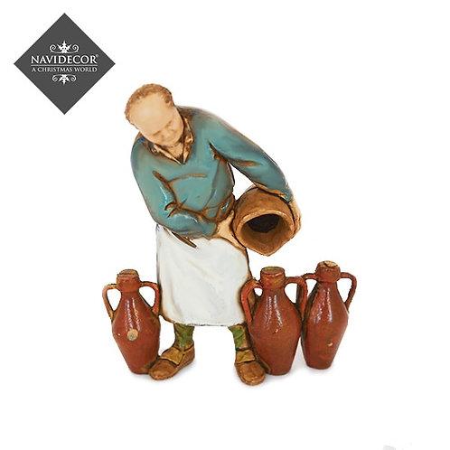 Vinatero rellenando vasijas
