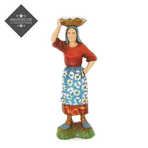 Mujer portando cesta