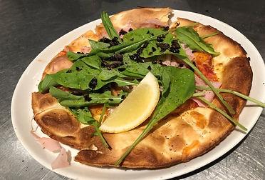 ランチ 生ハムとフレッシュチーズのサラダピザ.jpg